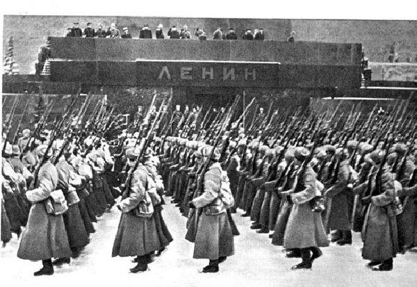 Бойцы перед Мавзолеем - 7 ноября 1941 года
