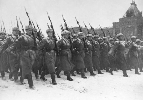Русская пехота на параде 7 ноября 1941 года