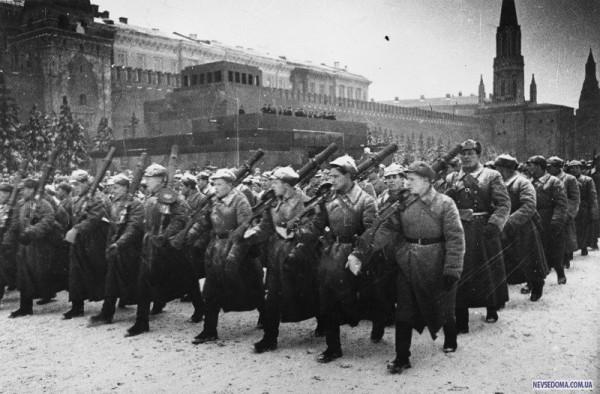 Пулемётчики на марше - 7 ноября 1941 года