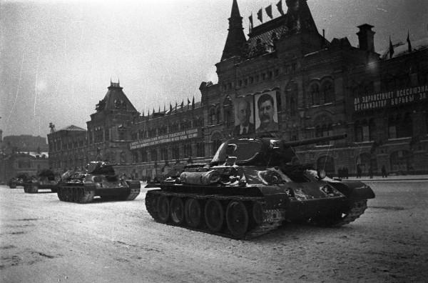 Танки на Красной площади - 7 ноября 1941 года