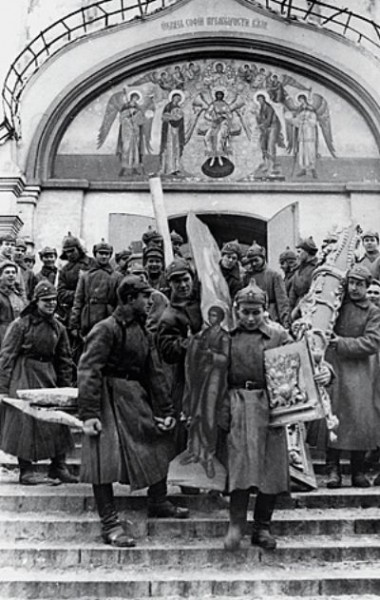 Большевики грабят храм