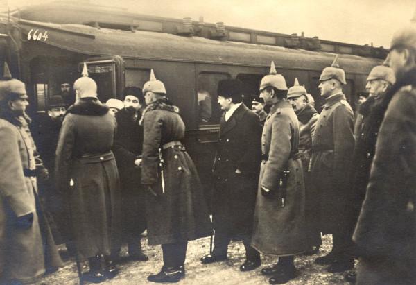 Брестский мир - немцы встречают делегацию большевиков