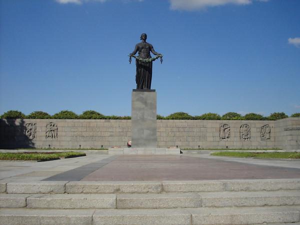 Пискарёвское кладбище - Родина-мать с венком