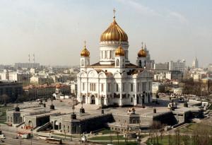 Храм Христа Спасителя на фоне городского пейзажа