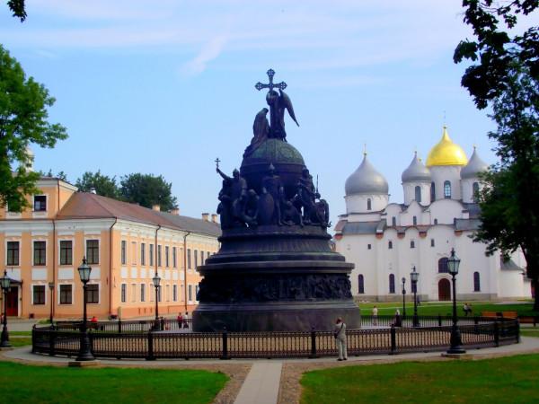 Памятник тысячелетие России на фоне храма