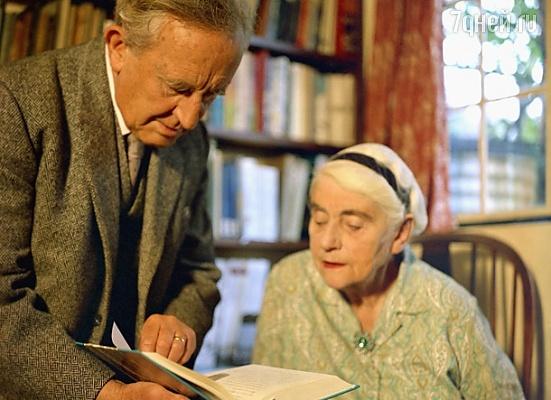 Толкиен и его жена с книгой