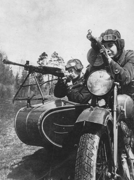 Мотоциклисты танковой дивизии готовятся к бою