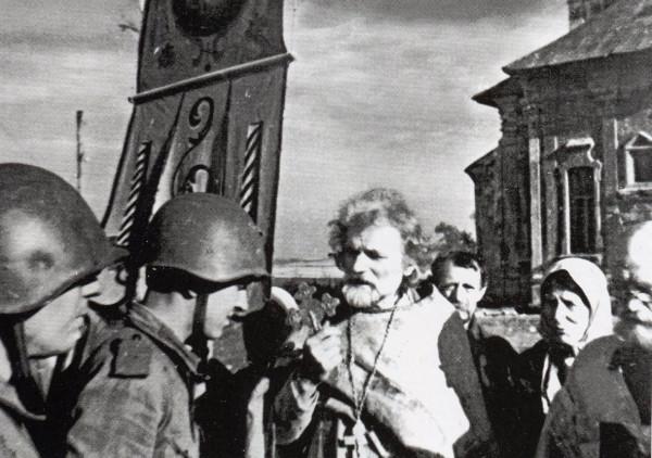 Священник благословляет советских солдат