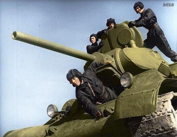 Танкисты на танке