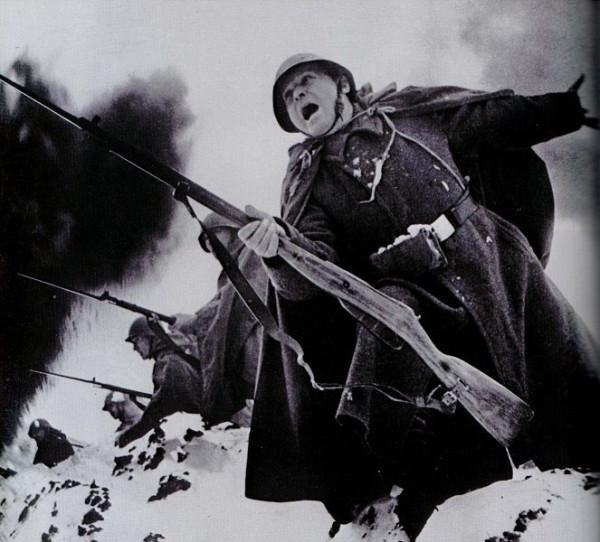 Красноармейцы поднимаются в атаку в 1941 году