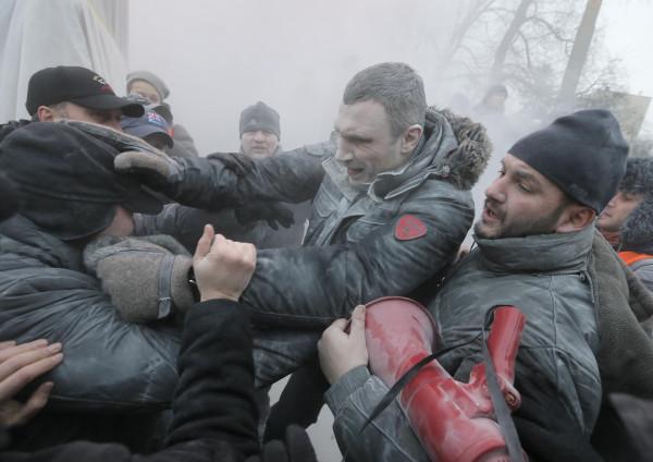 Евромайдан - майдауны избивают случайного прохожего
