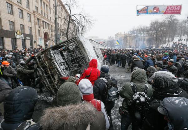 Евромайдан - фашисты громят пассажирский автобус