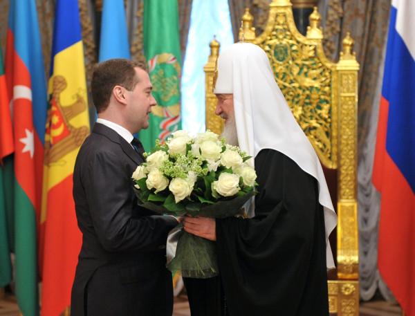 Патриарха Кирилла поздравляет Медведев