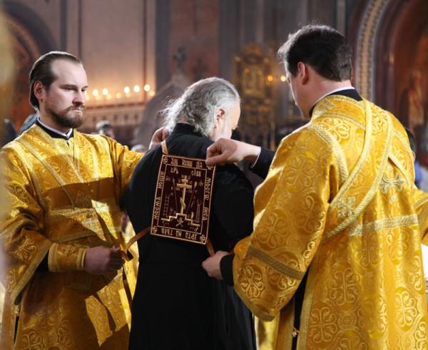 Патриарха облачают
