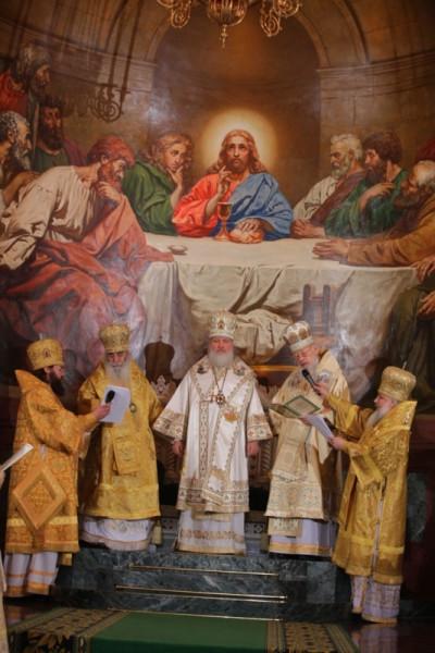Патриарха возводят на престол