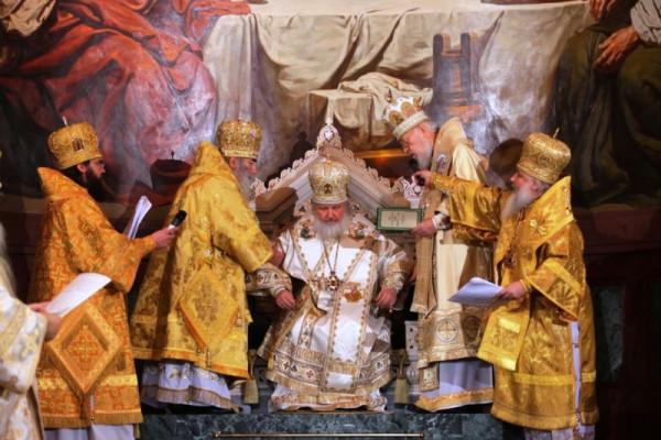 Патриарха усаживают на престол