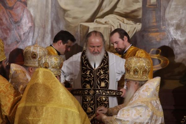 Патриарха облачают в новое облачение