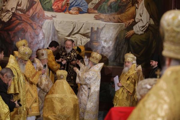 Патриарха облачают в новое облачение 2