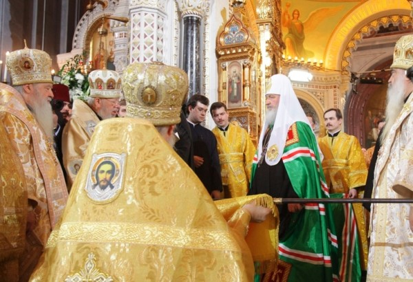 Патриарху  подносят жезл святителей московских