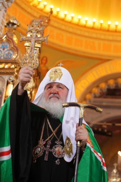 Патриарх благословляет прихожан