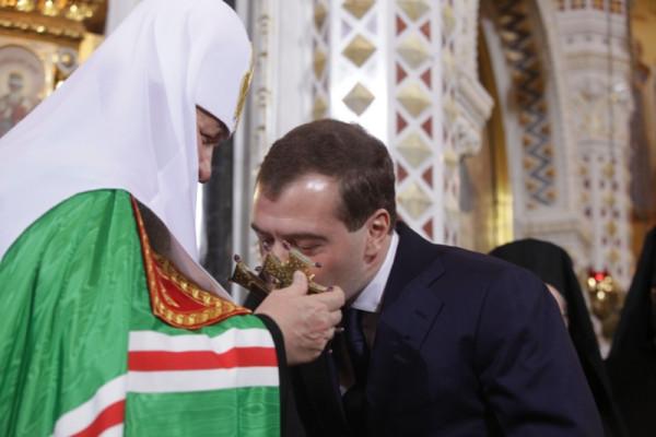Патриарх благословляет Медведева