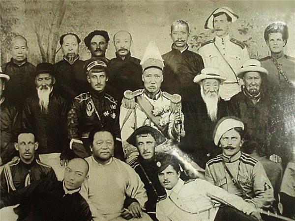 Анненков с группой белоэмигрантов и китайских военных