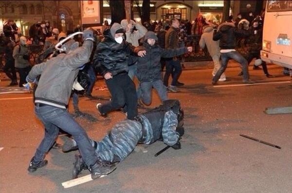 Дети мирно избивают милиционеров