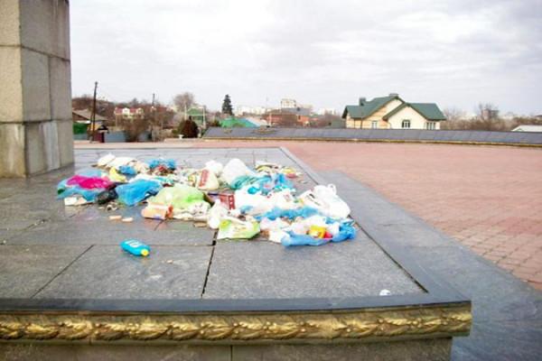 Свалка у памятника воинам-освободителям