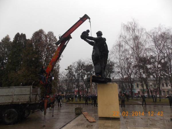 Снос памятника советскому солдату во Львове