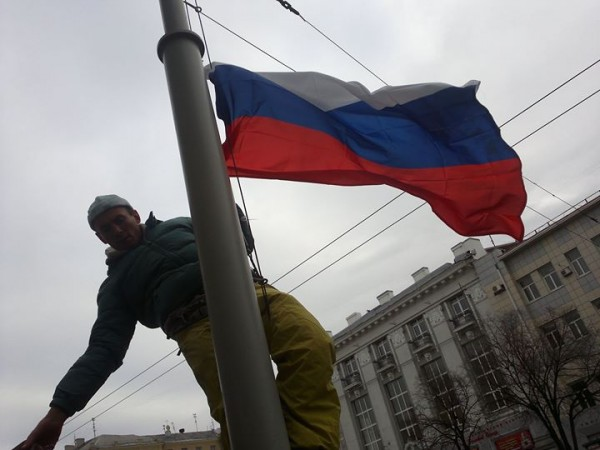 Антимайдан в Харькове - русский флаг перед мэрией