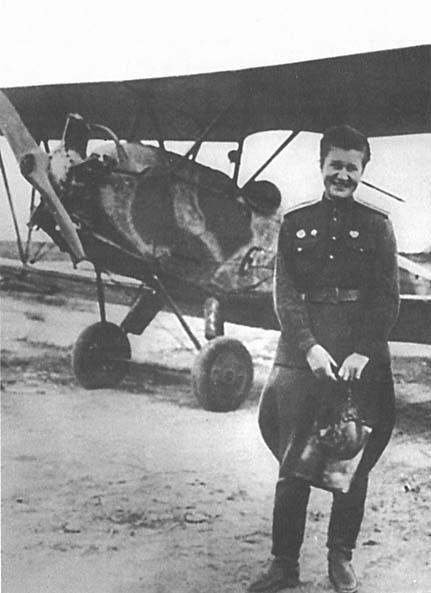 Раиса Аронова у самолёта