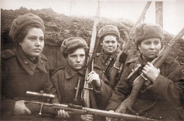 Девушки-снайперы в шинелях