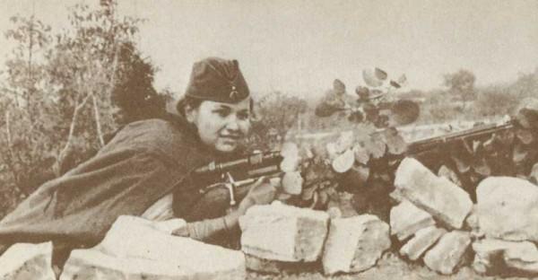 Девушка-снайпер в засаде