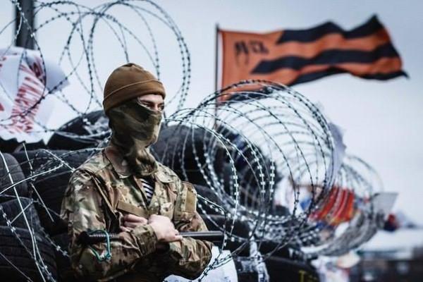 Боец Антимайдана под Георгиевским флагом