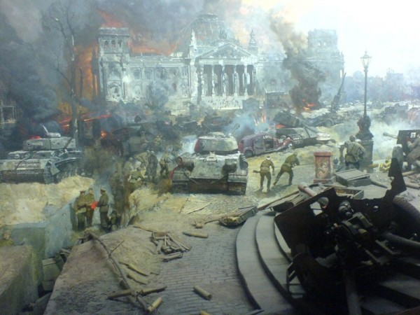 Битва за Берлин - советские войска на фоне разбитой немецкой техники