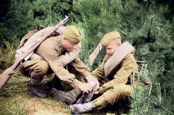 Русские солдаты перематывают  портянки
