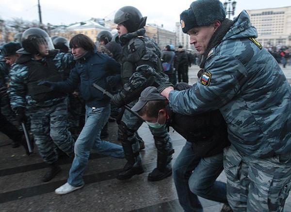 Полиция арестовывает