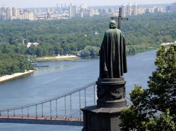 Памятник князю Владимиру и вид на Днепр