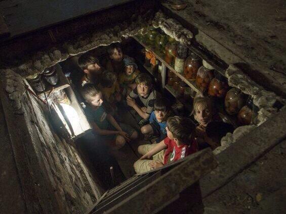 Дети прячутся в подвале - Славянск