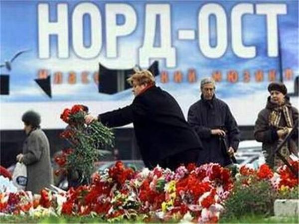 Цветы в честь жертв теракта