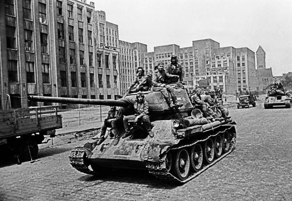 Русские танкисты на улице Минска