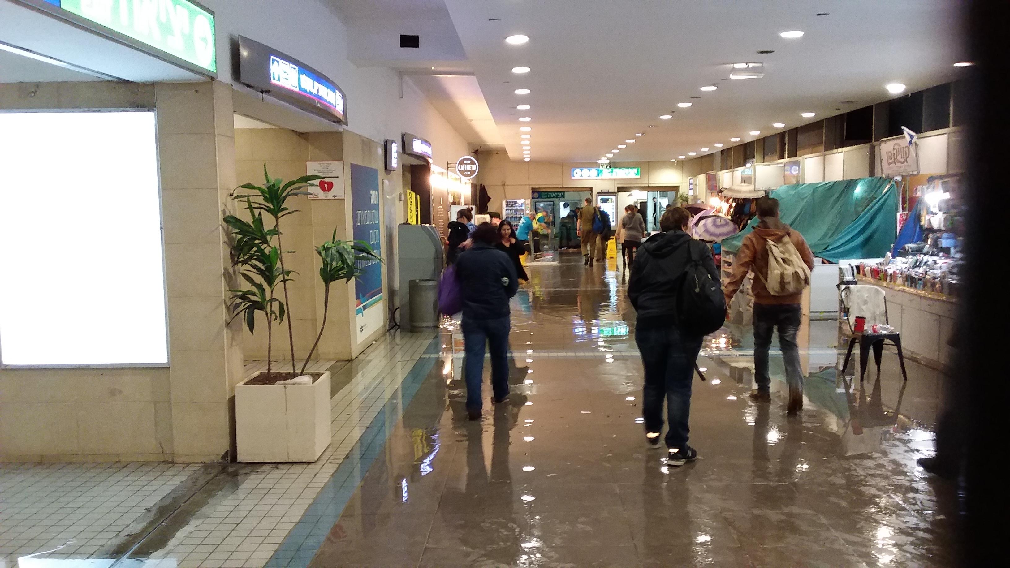 Центральный железнодорожный полустанок в Тель-Авиве. Дождь.