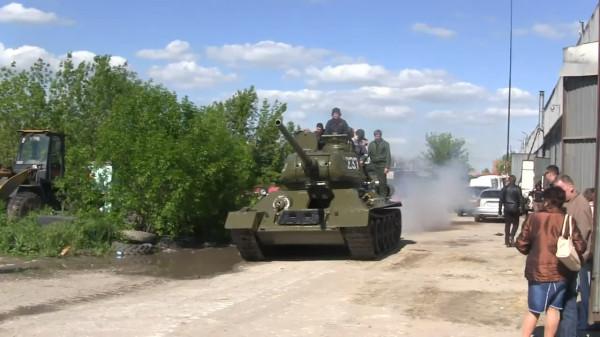 6 мая 2014 года, Луганск. Танк