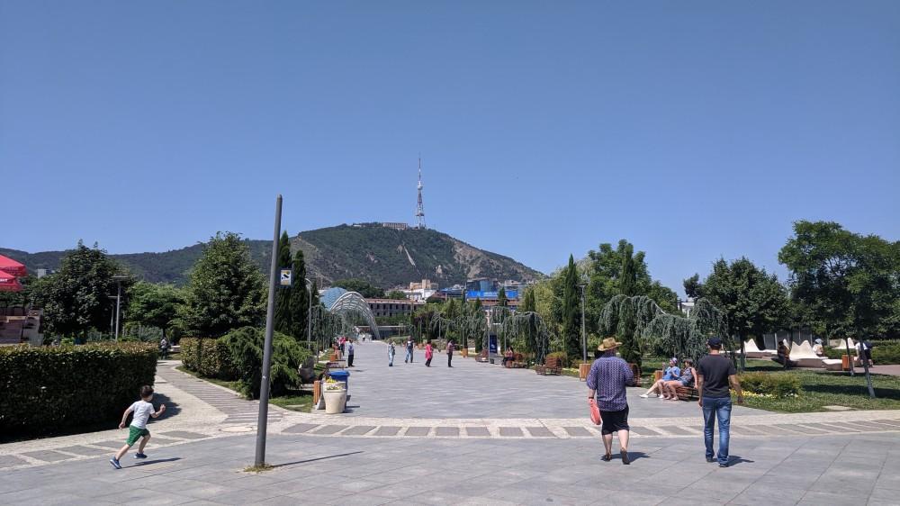 Вид на гору Мтацминда из парка Рике (кликабельно)