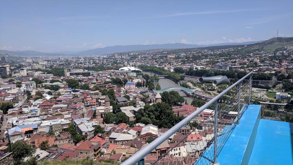 Вид на город с верхней станции канатной дороги (кликабельно)