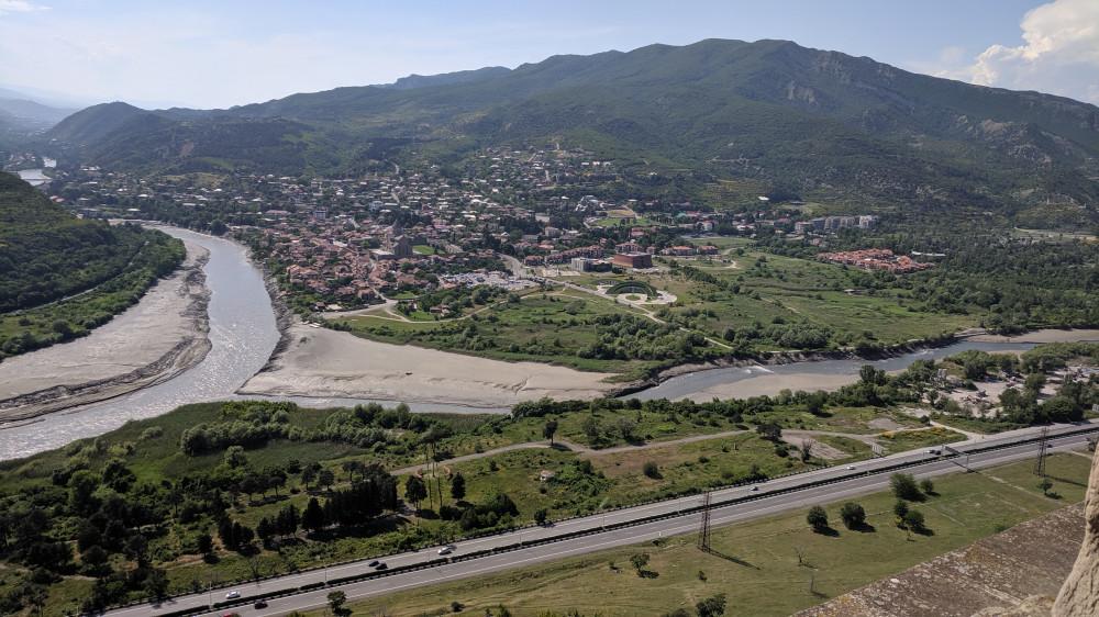Вид с горы от монастыря Джвари VII в. Слияние рек Куры и Арагви (кликабельно)