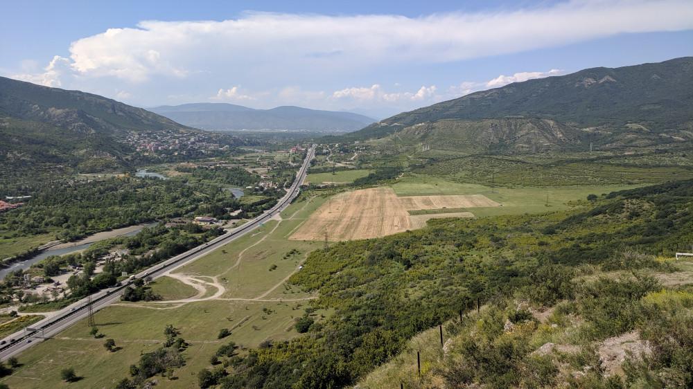 Вид с горы от монастыря Джвари VII в. на военно-грузинскую дорогу (кликабельно).