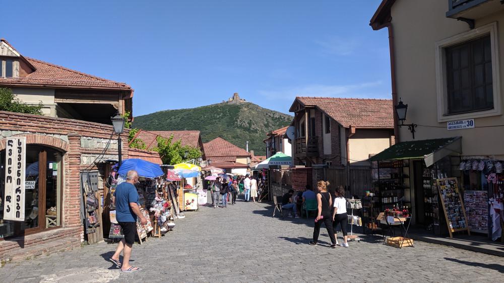 Улочки г.Мцхета — древней столицы Грузии. Наверху горы монастырь Джвари VII в. (кликабельно)
