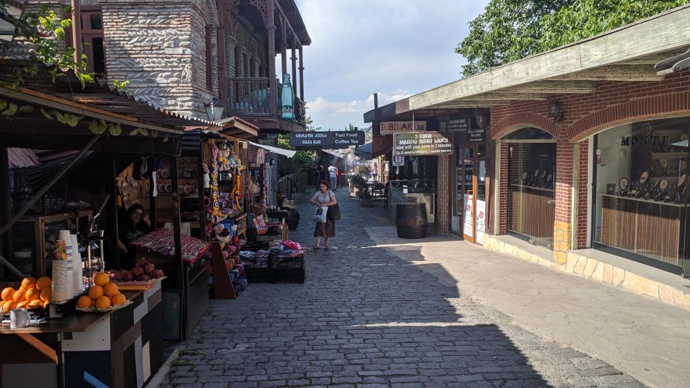 Улочки Мцхеты с торговыми рядами.