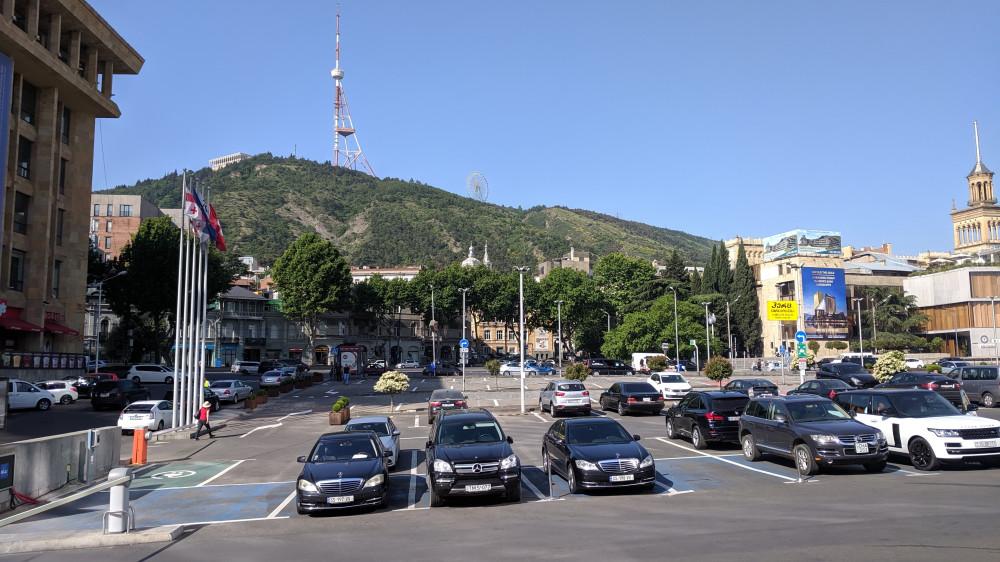 Вид со ступенек Redisson Blu Hotel на гору Мтацминда. На горе слева направо: ресторан Фуникулер, телебашня, колесо обозрения. (кликабельно)